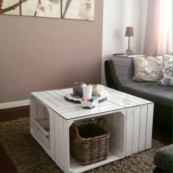Möbel: Couchtisch aus weißen Apfelkisten auf Rollen inkl. Glasplatte ...