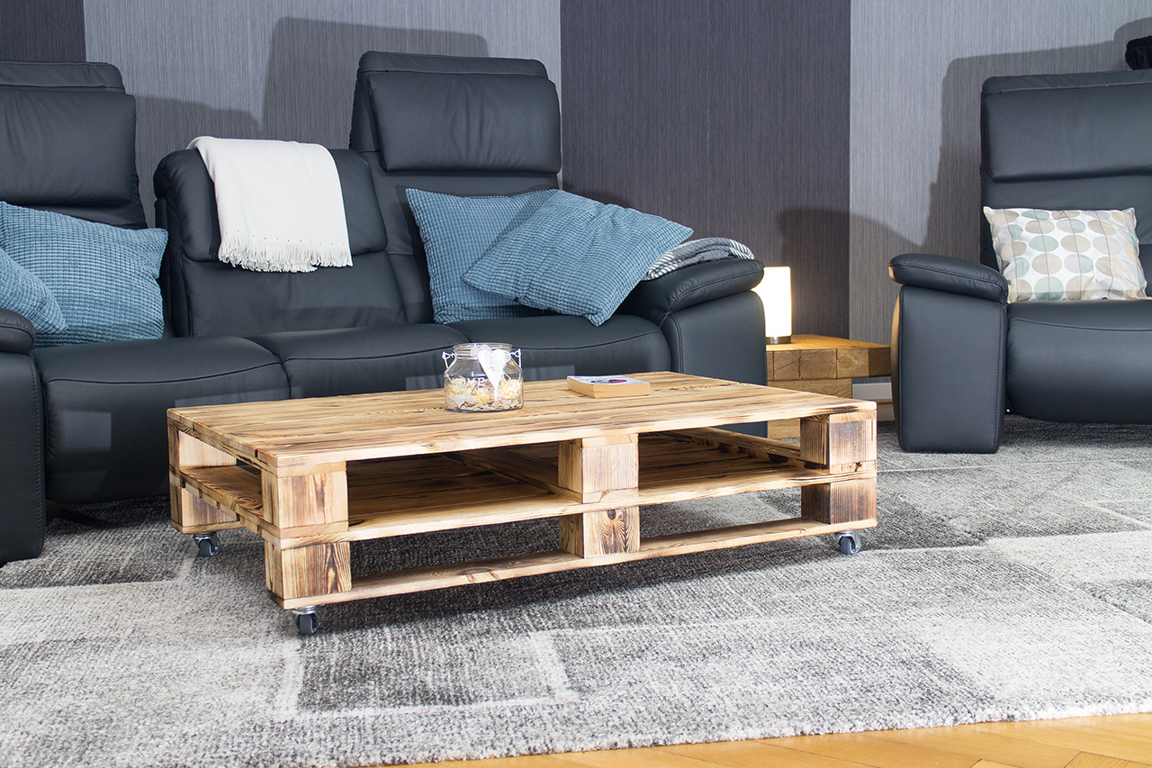 m bel couchtisch aus geflammtem palettenholz auf rollen. Black Bedroom Furniture Sets. Home Design Ideas
